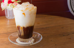 Iskaffe med mjölkar royaltyfria bilder
