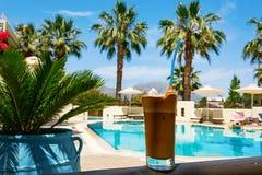 Iskaffe på en poolside Fotografering för Bildbyråer