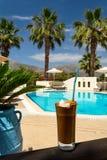 Iskaffe på en poolside Royaltyfria Foton