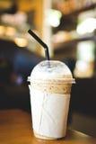 Iskaffe på en trätabell i coffee shop Royaltyfri Foto