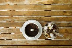 Iskaffe & vietnamesiskt traditionellt kaffefilter på trätabl Arkivfoto