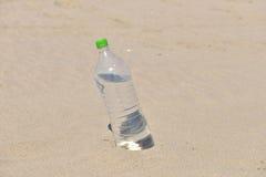Iskall flaska utan etikett av uppfriskande vatten som står upprätt Arkivbild