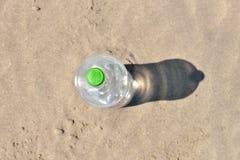 Iskall flaska utan etikett av uppfriskande vatten som står upprätt Fotografering för Bildbyråer