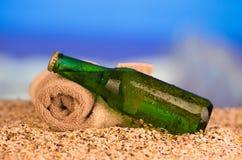 Iskall grön flaska utan etikett av öl i Arkivbild
