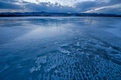 Iskall kall berg sjö Arkivfoton