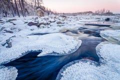 Iskall solnedgång på floden royaltyfri fotografi
