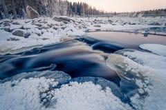 Iskall solnedgång på floden arkivbild