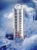 Iskall termometer i is och snö Arkivfoton