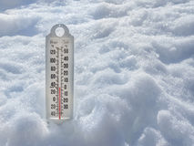 Iskall termometer i snö Royaltyfri Bild