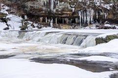 Iskall vattenfall på Plum Creek Arkivfoton
