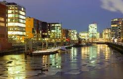 Iskall vinternatt i Hafencityen royaltyfria foton