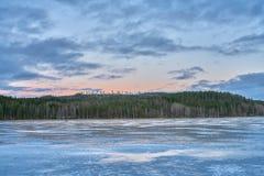 Iskalla reflexioner i början av vintern fotografering för bildbyråer