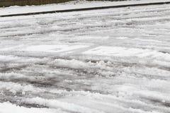 Iskalla vägar, når att ha fryst regnstormen Arkivfoto
