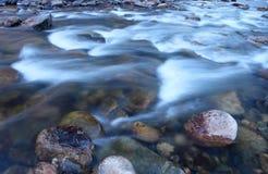 Iskallt kallt vatten flödar ner den Poudre floden på en kylig morgon Arkivfoton