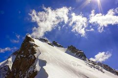 Iskallt och snöig bergmaximum för Closeup med klippakanten Royaltyfri Foto
