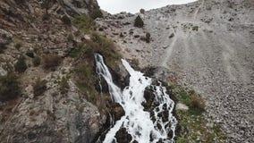 Iskanderlul sjö Fångat från överkant av närmast berget från 3000 meter ovanför havsnivå stock video