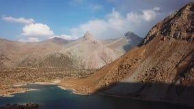 Iskanderlul sjö Fångat från överkant av närmast berget från 3000 meter ovanför havsnivå arkivfilmer