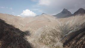 Iskanderlul sjö Fångat från överkant av närmast berget från 3000 meter ovanför havsnivå lager videofilmer