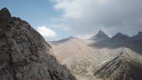 Iskanderlulmeer Gevangen vanaf bovenkant van de meest dichtbijgelegen berg van 3000 meters boven overzees - niveau stock videobeelden
