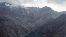 Iskanderlulmeer Gevangen vanaf bovenkant van de meest dichtbijgelegen berg van 3000 meters boven overzees - niveau stock video