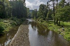 Iskarrivier door Kokaliane dorp Royalty-vrije Stock Foto's