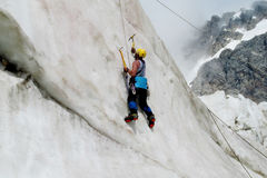 Isklättrare med vertikal klättring för isyxor fotografering för bildbyråer