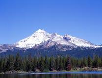 Iskry Jeziorny Oregon z górą Bachlor odbijający Obrazy Stock