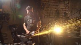 Iskry podczas rozcięcia metalu kąta ostrzarz Pracownik używa przemysłowego ostrzarza Obrazy Stock
