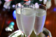Iskrzasta woda słuzyć w szampańskich szkłach Zdjęcia Stock