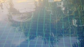 Iskrzasta woda zapętla w pływackim basenie Zdjęcie Stock