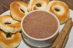 Iskrzasty kakao towarzyszący pandequeso fotografia stock