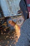 Iskrzy gdy machining spawka koralika na drymbie Obraz Stock