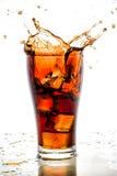 Iskuben tappade, i att plaska för colaexponeringsglas och för cola Arkivbilder