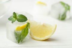 Iskuber med mintkaramellen och citronen för skönhetsmedel Royaltyfri Foto