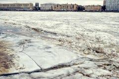 Iskvarter på floden Arkivfoton