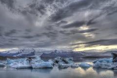 Iskvarter som går till havet i Jokulsarlon i söderna av Island Royaltyfria Foton
