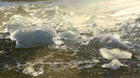 Iskvarter som smälter på glaciärlagun Jokulsarlon i Island lager videofilmer