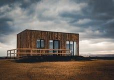 Islândia, em maio de 2018: Vista para cabines construídas novas e bungalows que são acomodação para turistas Estas cabines têm fotos de stock