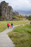 Islândia - em setembro de 2014 - uma caminhada da família na viagem de círculo dourada em Islândia perto dos selfoss do ponto do  fotos de stock