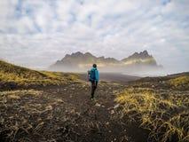 Islândia - homem e as montanhas imagens de stock