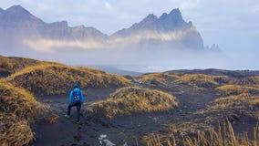 Islândia - homem e montanhas altas foto de stock