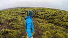 Islândia - homem que anda em torno dos campos de lava fotografia de stock