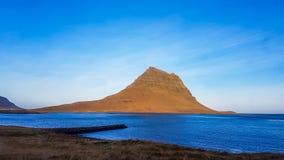 Islândia - Kirkjufell famoso e o fiorde fotos de stock royalty free