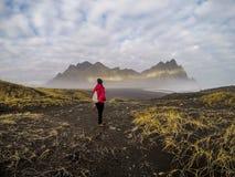 Islândia - menina e as montanhas fotografia de stock royalty free