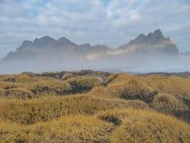 Islândia - montanhas pontudo de Vestrahorn imagens de stock