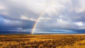 Islândia - um arco-íris sobre os campos estéreis fotografia de stock royalty free