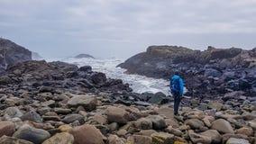 Islândia - um homem novo e o mar fotografia de stock royalty free
