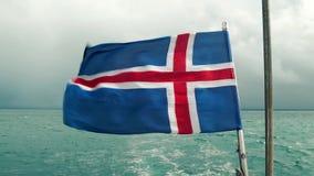 Isländische Flagge auf Rückseite des Bootes stock footage