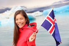 Isländische Flagge - Mädchen, das Island-Flagge am Gletscher hält Stockbild