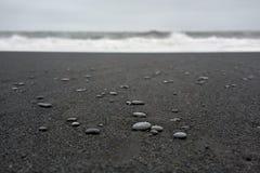 Isländische Landschaft des schwarzen Sandstrandes Stockbild